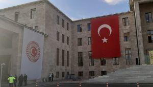 Meclis'te Erdoğan'ın Posteri Yerine Türk Bayrağı