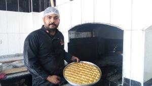 Nossa Baklavaları Taş Fırında Pişiriliyor (videolu)