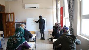 Kırmızı Kurdele Projesi İle Kadınlar Okuma Yazma Öğreniyor