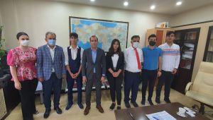Suruç Kayamakamı Aktaş, Türkiye Birincisi olan Fen lisesi öğrencilerini Altınla ödüllendirdi