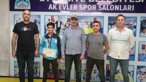 Başkan Kuş, Şampiyon Sporcuyu Ödüllendirdi