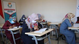 Haliliye'de Kadınlar Okuma Öğrenirken, Çocukları Kreşte Eğitim Alıyor