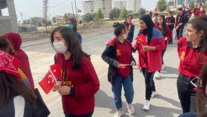 YÖNTEM KOLEJİ öğretmen ve öğrencileri, esnafa bayrak dağıttılar